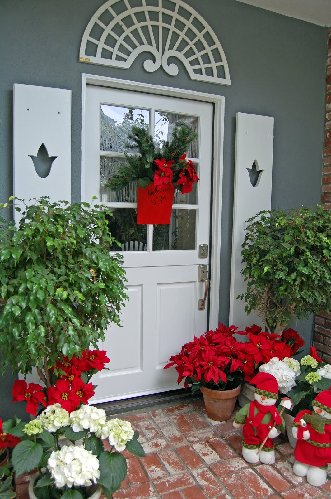 CHRISTMAS ENTRANCE AND DOOR. Christmas Decor Plants