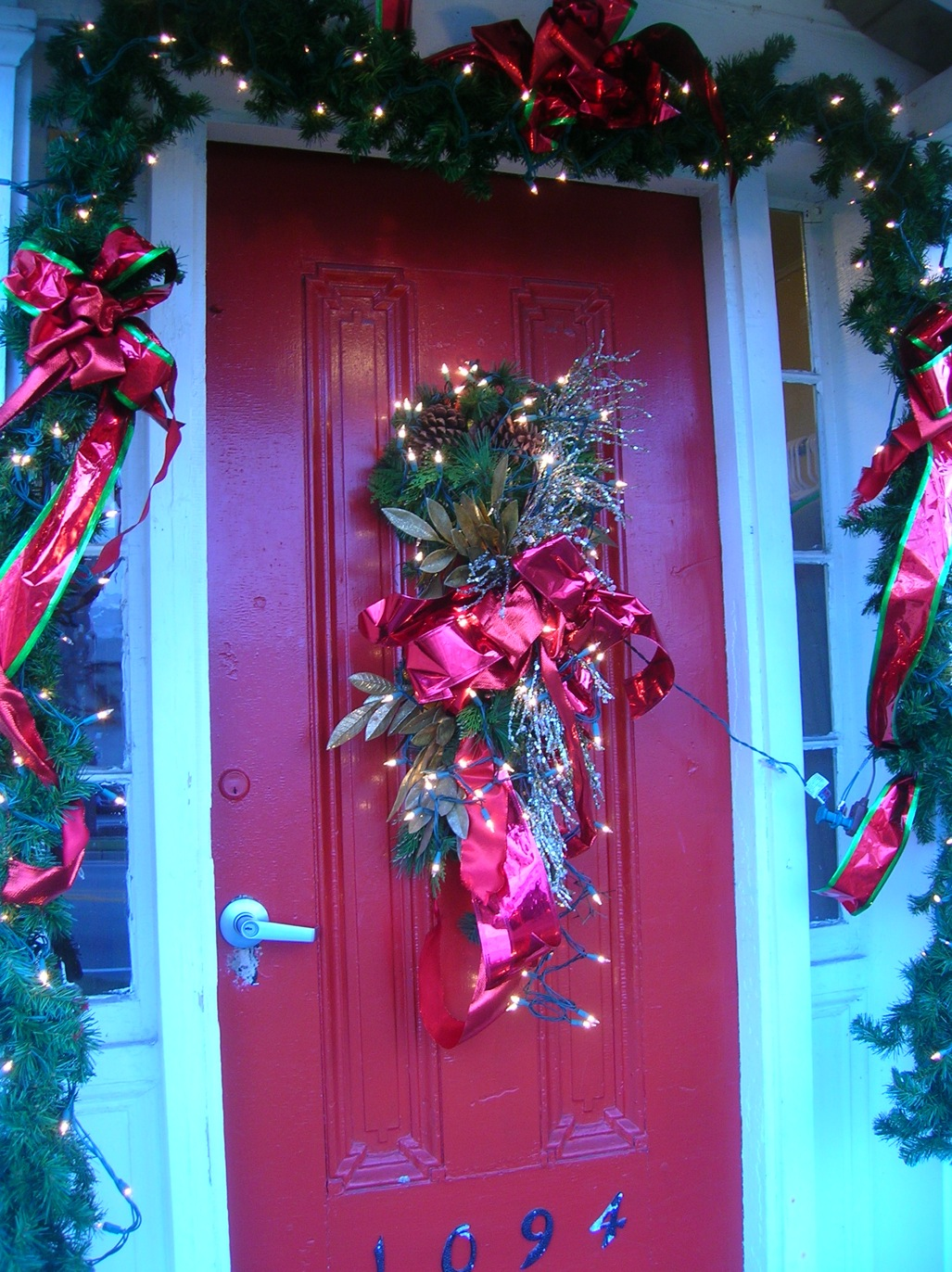Christmas door design ideas 2017 grasscloth wallpaper for Door decorations for christmas