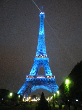 torre-eiffel-by-night